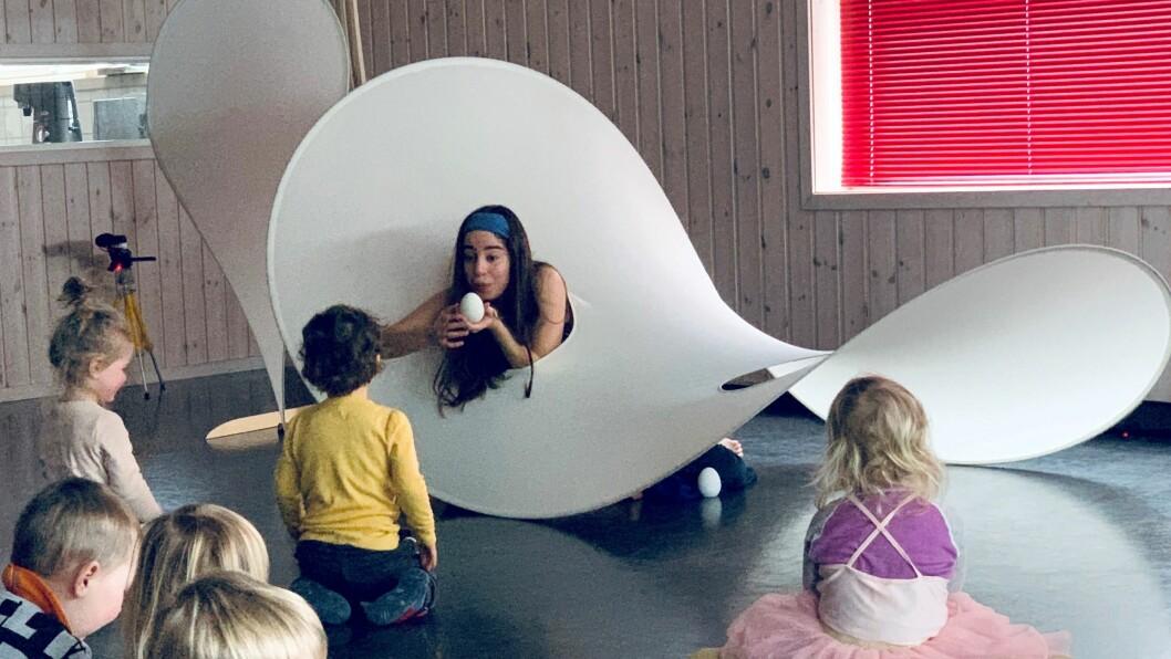 Maria Ines Rodrigues i Companhia de Música Teatral spiller forestilling for barna i Norlandia Vardefjellet barnehage.