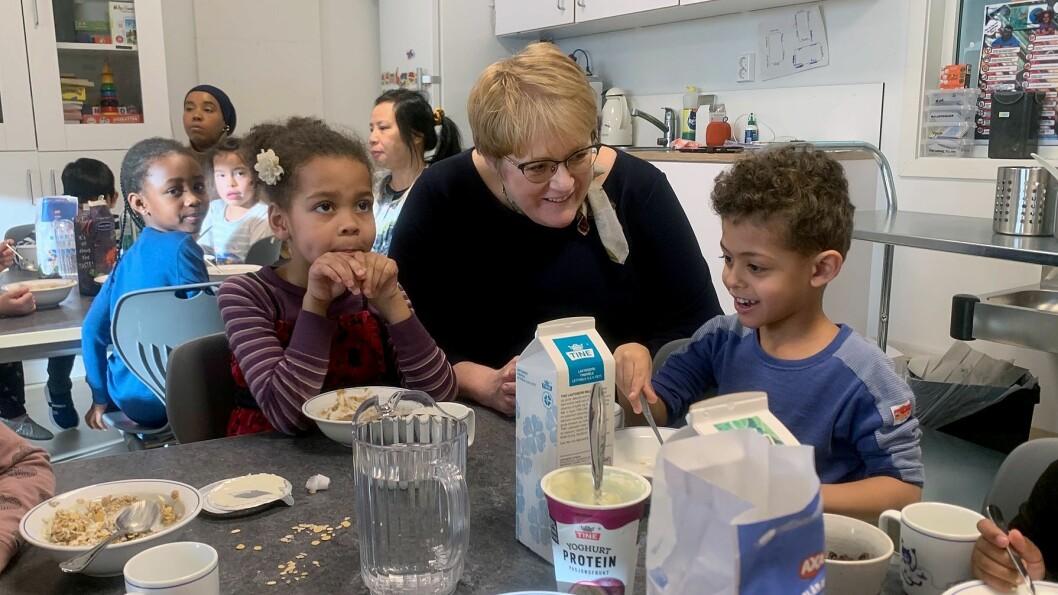 Kunnskaps- og integreringsminister Trine Skei Grande (V) var i dag på besøk i Lilleslottet barnehage på Romsås, der hun blant annet fikk med seg formiddagsmaten.