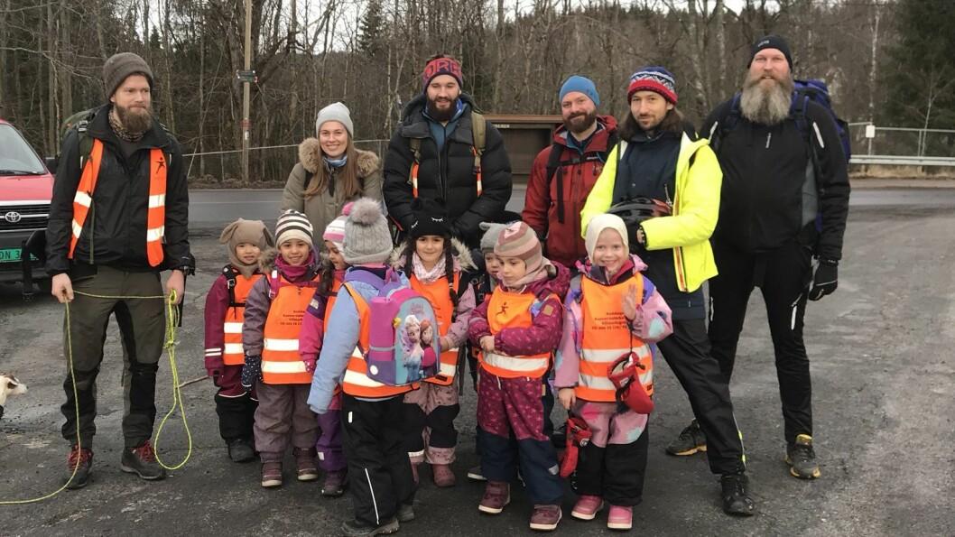 Barna og de gode hjelperne er klare for å ta fatt på turen opp til Nordmarkskapellet.