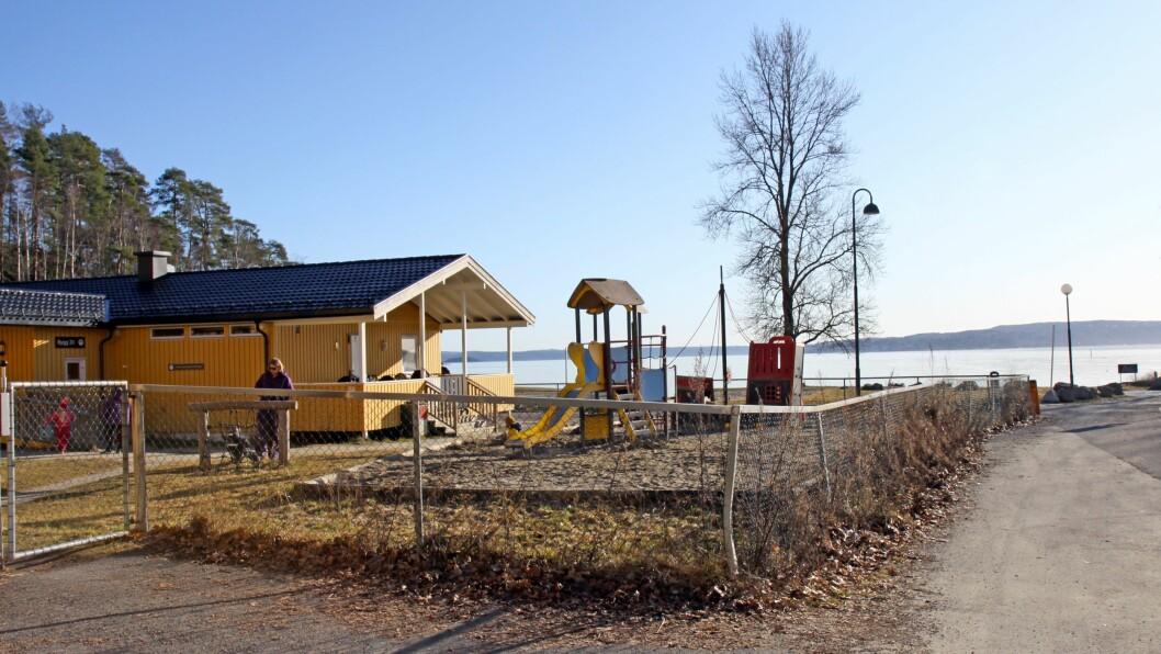 Sollerudstranda barnehage ligger nesten helt i vannkanten ved Sollerudstranda. Bildet ble tatt da barnehage.no besøkte barnehagen i februar.