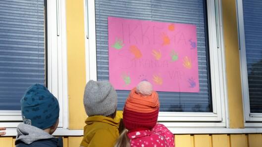"""«Ikke ta stranda vår!<span style=""""font-size: 1.6rem;"""">»</span>står det på plakaten som henger i barnehagens vindu."""