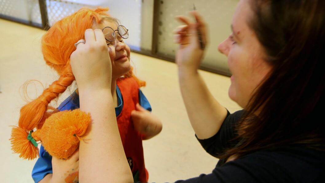 Anna Sletta-Heimdal (4, snart 5) blir forvandlet til verdens sterkeste jente ved hjelp av litt sminke.