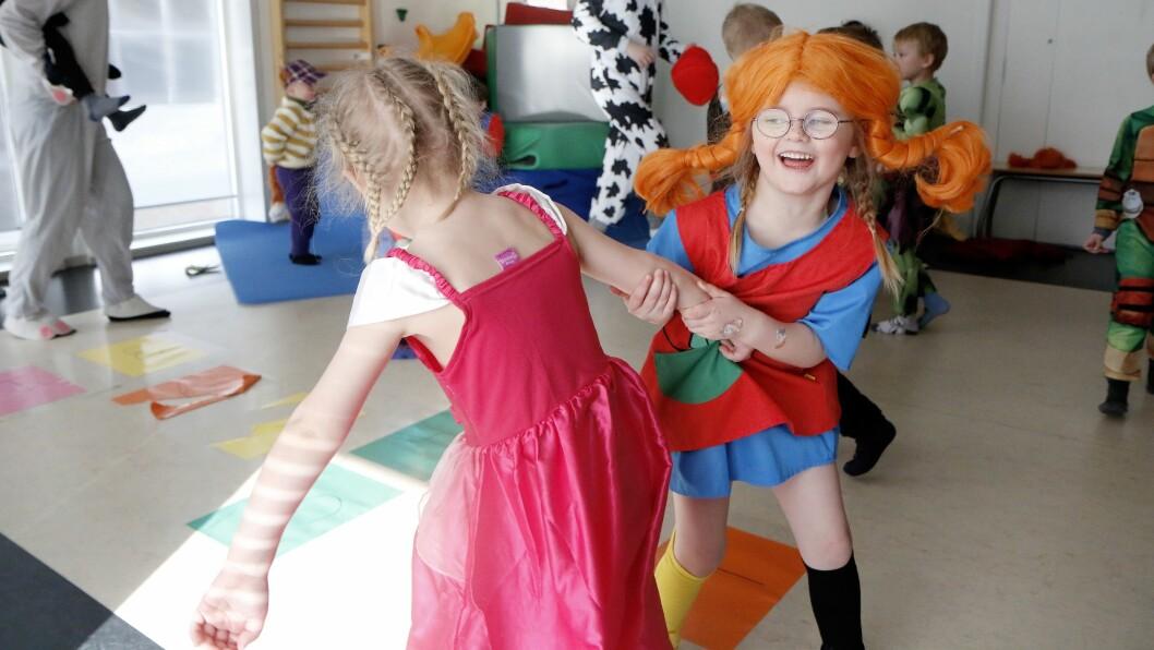 Anna sammen med Olivia, en av de gode vennene sine på Revehiet.