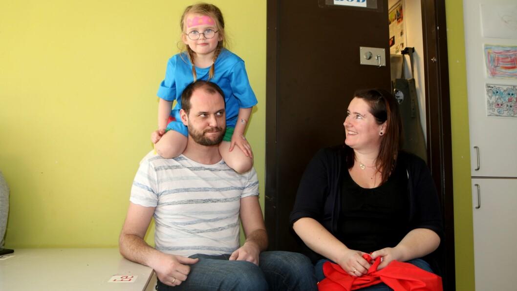 Anna sammen med mamma og pappa i barnehagen.