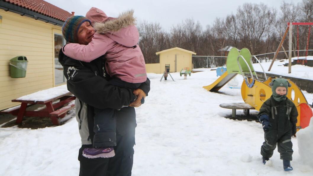Steffen Eriksen er en av fire på jobb i sin barnehage i dag, for å ivareta fem barn.