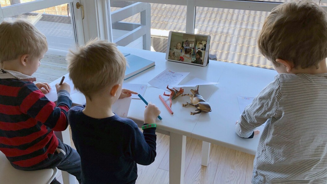 Slik ser den digitale barnehagen ut hjemme hos Jostein Røraas, som selv har tre barn hjemme akkurat nå - sønnen og fetterne hans.