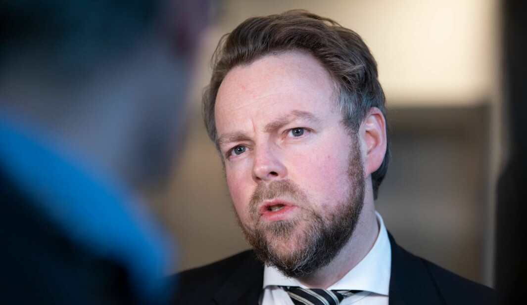 Arbeids- og sosialminister Torbjørn Røe Isaksen er lite fornøyd med at ansvaret for konsekvensene av konflikten ble skjøvet over på regjeringen..