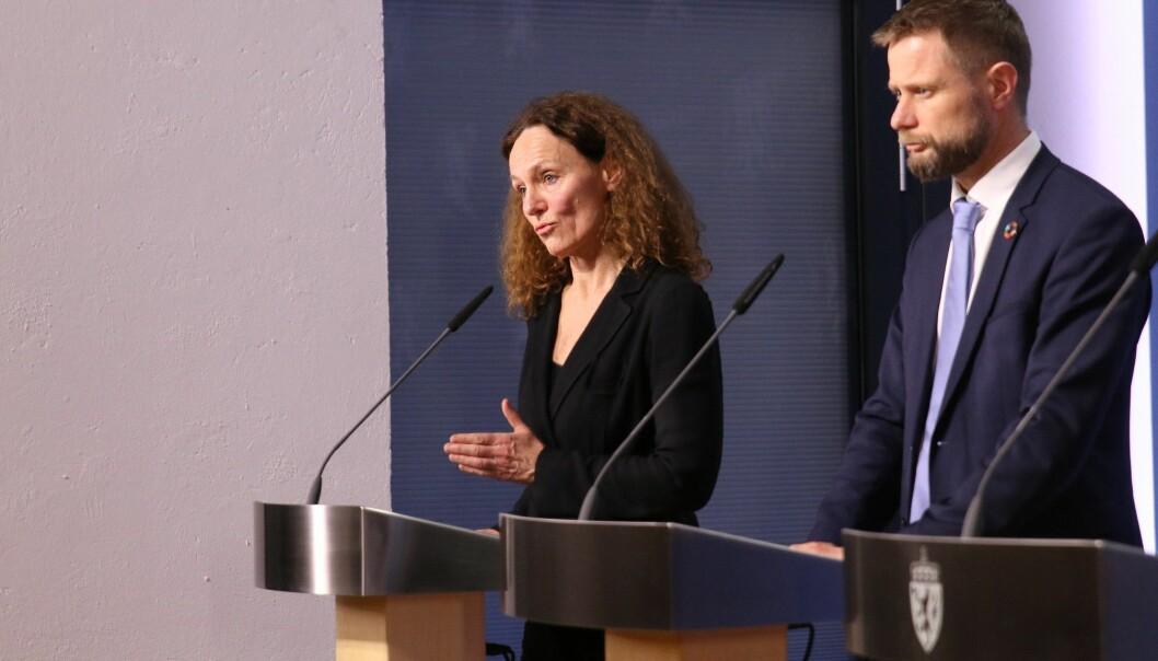 Direktør i Folkehelseinstituttet Camilla Stoltenberg og helse- og omsorgsminister Bent Høie på en pressekonferansen på Statsministerens kontor 12. mars.