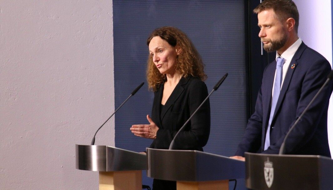 Direktør i Folkehelseinstituttet Camilla Stoltenberg og helse- og omsorgsminister Bent Høie på en pressekonferansen på Statsministerens kontor 12. mars i fjor. I går kveld var det ny pressekonferanse, der det ble varslet om nye strenge tiltak i flere kommuner på Østlandet.