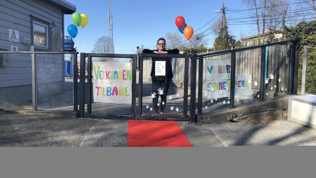 Styrer Heidi Mæland i Akasia Råtun barnehage i Bergen tok imot barna med ballonger, plakater og rød løper da barnehagen åpnet igjen i dag.