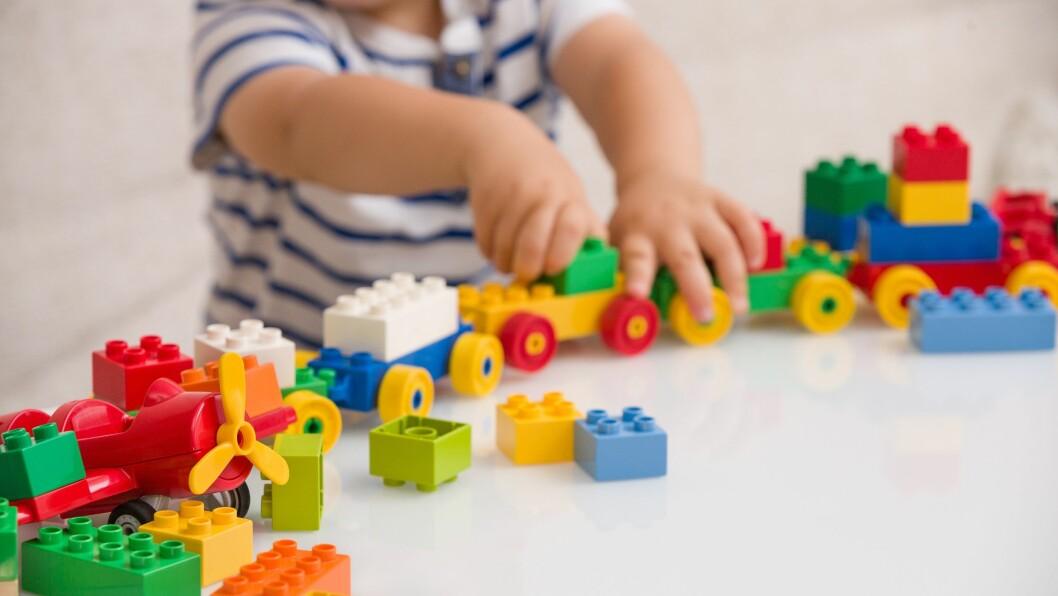 «Vår oppfordring går først til familiepolitikere og arbeidslivet: Hvordan kan vi utvikle samfunnet vårt i en tid med synkende barnefødsler? Hvordan kan et arbeidsliv se ut som tar på alvor prinsippet om barns beste? Hva kan tenkes nytt om arbeidstid for småbarnsforeldre?» skriver artikkelforfatterne.