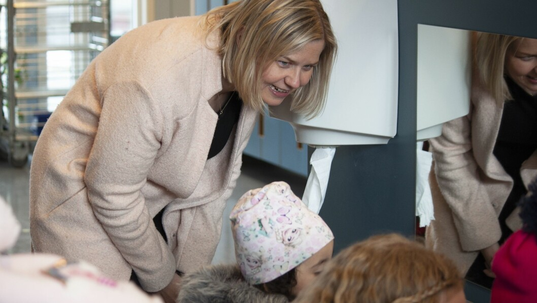 Kunnskaps- og integreringsminister Guri Melby på besøk i Ammerudlia barnehage.