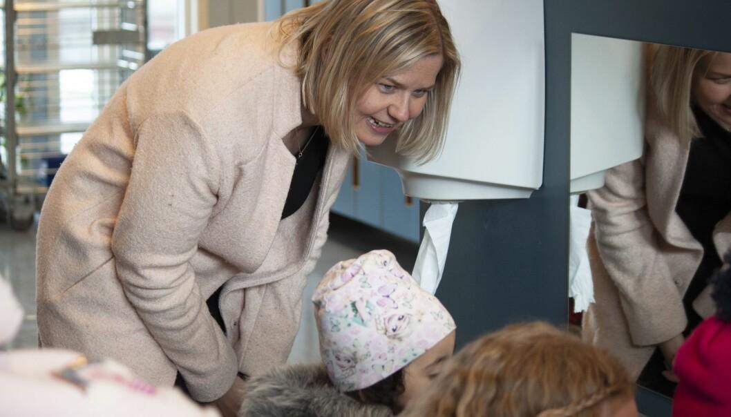 Kunnskaps- og integreringsminister Guri Melby vil at studenter skal kunne avlaste barnehagelærere. Her fra et besøk Ammerudlia barnehage tidligere i år.