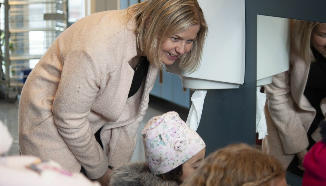 Kunnskaps- og integreringsminister Guri Melby er klar på at forslaget fra regjeringen om at barnehager skal vurdere barns norskkunnskaper i realiteten er en tydeliggjøring av rammeplanens bestemmelser.