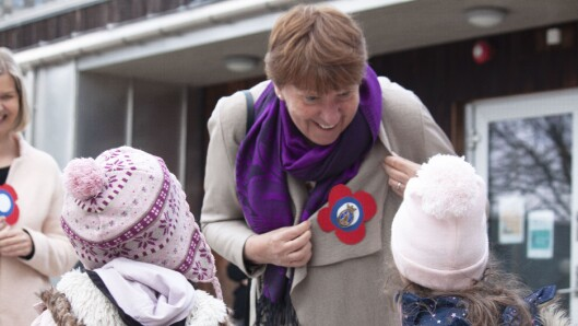 Oslo-ordfører Marianne Borgen og kunnskapsministeren fikk 17. mai-sløyfer som barna hadde laget.