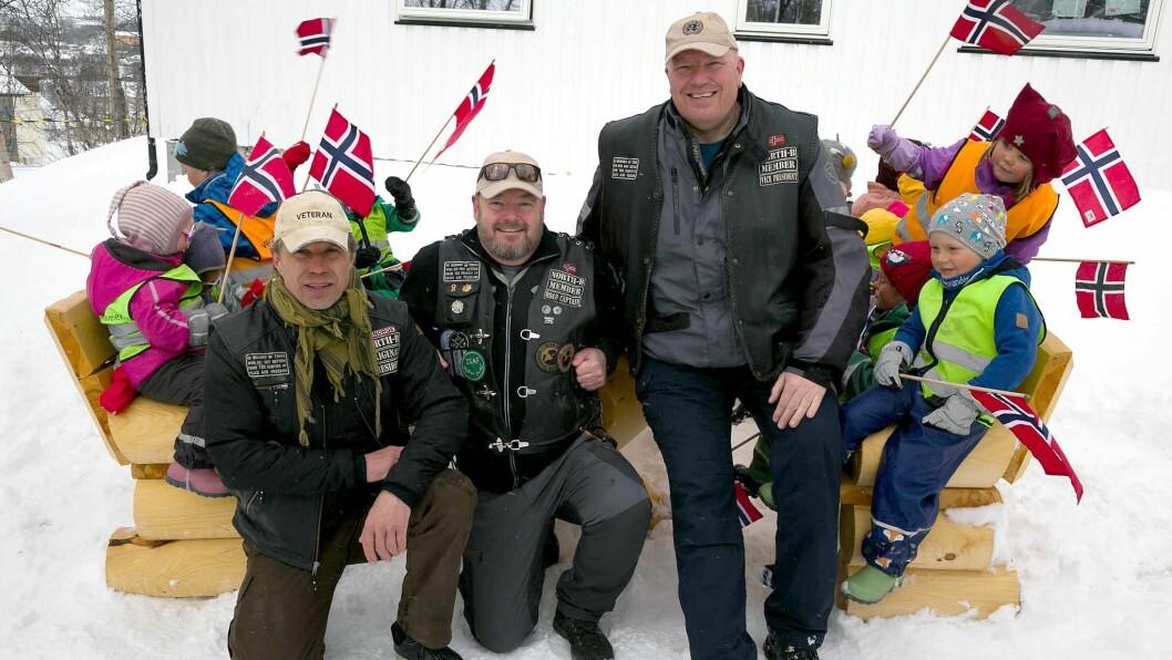 Ulf Larsen, Jan Erik Meldgaard og Ben Emanuelsen i United Veteran MC bevilget 5000 kroner til Villaveien naturbarnehage så de fikk kjøpt seg benker og bord.
