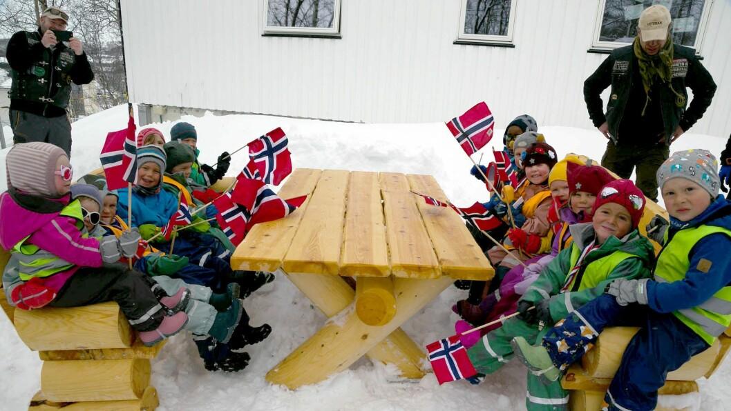 HURRA: Emil Sjøkvist (5), Iver Uglem (5), Mikkel Ihler (6), Vilde Ihler (4), Ivo Mikkelsen (6), Iver Olsen (4), Vilja Kristoffersen (3), Ingvild Kristoffersen (4), PelathiaJef (4), Kasper Dørmænen Karlsen (4), Frøya Mikkelsen (4), Leon Fjelldal (4), Trym Randal (4) og Liisa Lantho Beddari (4) prøvesitter møblene.