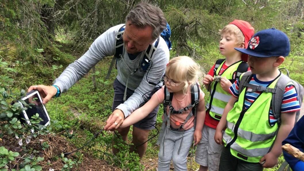 Barna og Ståle Skagen utforsker en maurtue med et inspeksjonskamera. – Vi har fokus på at vi ikke skal forstyrre eller gjøre skade på naturen. Vi skal observere og studere naturen på en varsom og respektfull måte, sier Skagen.