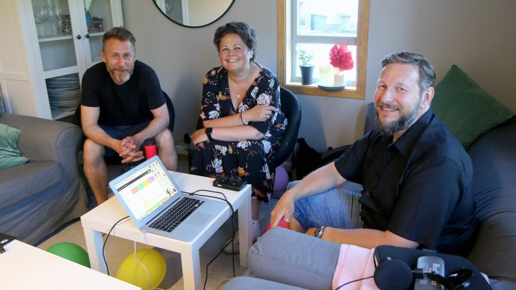 Fra venstre Øystein Gjønnes, Lisbeth Aasgård og Erlend Nilssen står bak podcasten Barnehageprat. Denne uken møttes de for første gang fysisk for å spille inn en episode.