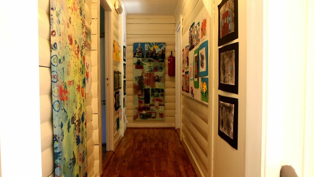Veggene i det 101 år gamle huset er dekket av kunst. Både egenprodusert og andres. - Nå er det mange trillebårlass som skal bæres ut herfra, sier Reidun Koch.
