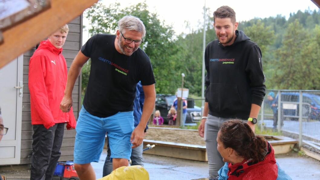 Thomas Ekren er ansatt som idrettspedagog i Læringsverkstedet Brekkåsen idrettsbarnehage. Daglig leder Hjørvard Bjørnbeth til venstre.