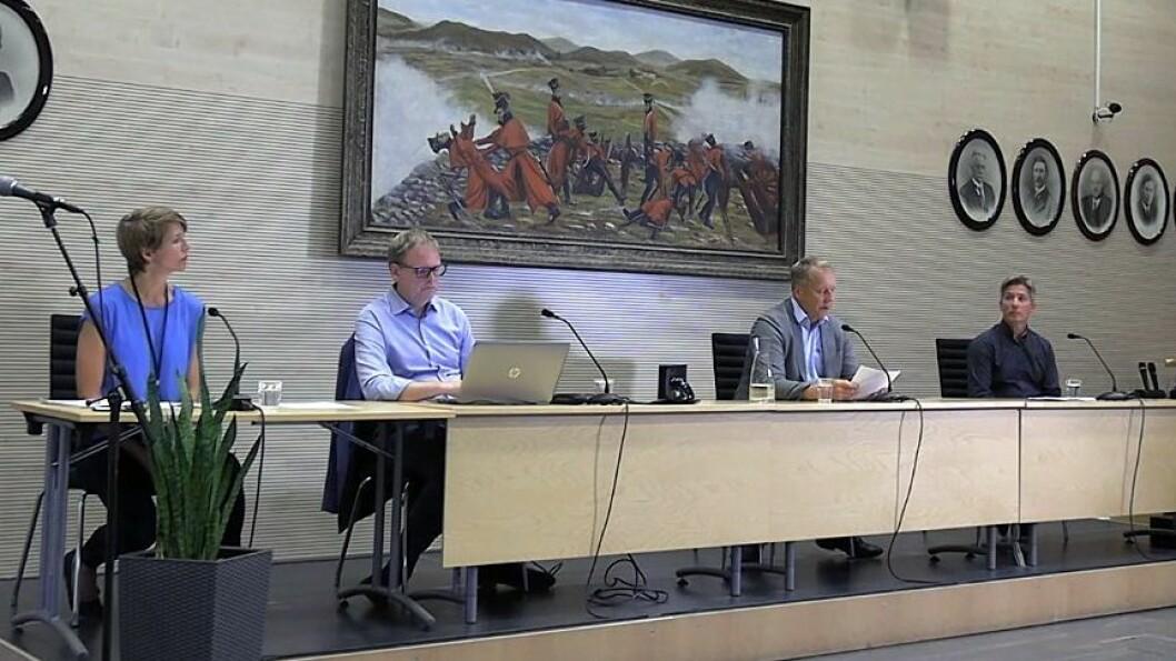 Fra venstre kommunikasjonssjef Mimi Slevigen, rådmann Georg Smehus, ordfører Saxe Frøshaug (Sp) og kommuneoverlege Jan Børre Johansen i Indre Østfold under gårdagens pressekonferanse.