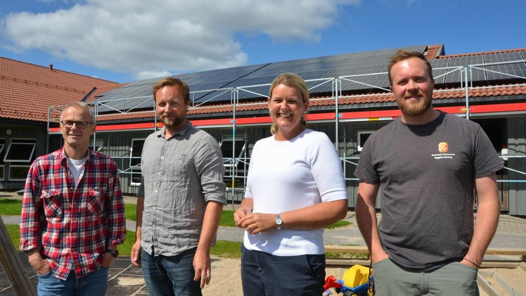 I sommer ble de første kommunale solcellepanelene montert på Smååsane barnehage. Fra venstre vaktmester Andre Pedersen, avdelingsleder byggforvaltning Eirik Lundevold, styrer i Smååsane barnehage Marianne Wegge og fdv-operatør Bjørn Jahnsson
