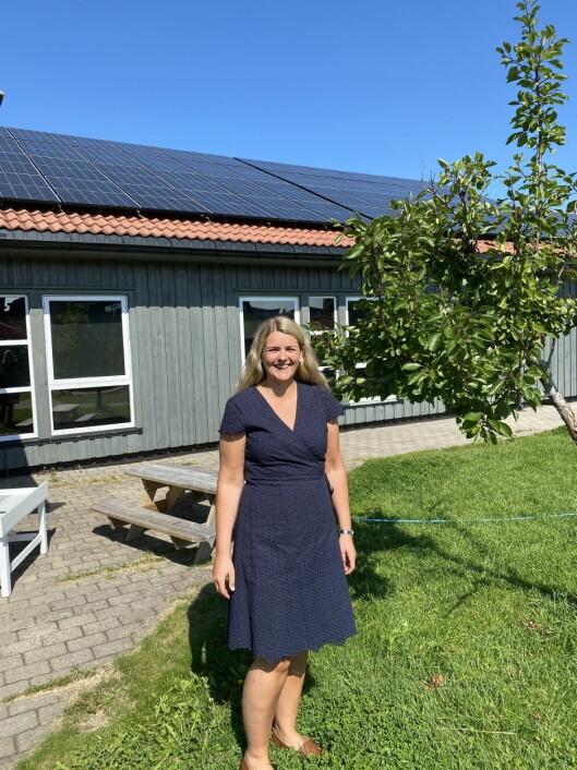 Styrer Marianne Wegge er glad og stolt over å være den første barnehagen - i det første kommunale bygget - i Vennesla som får solcellepanel på taket.