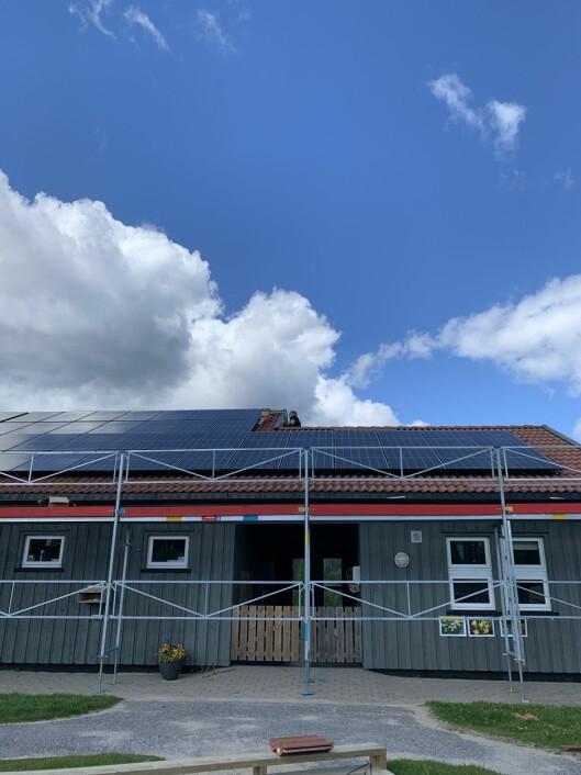 Solcellepanelene ble montert mens barnehagen hadde sommerstengt. Allerede mandag begynner de å produsere kraft.