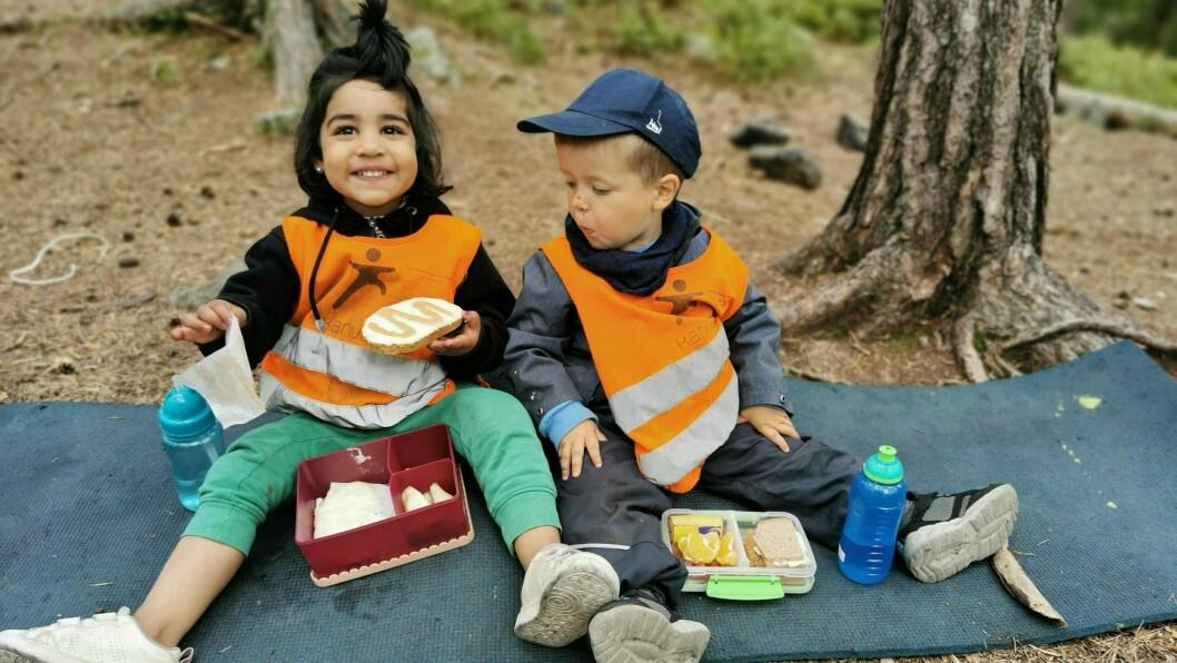 Fredrik og Mahnoor i Rudshøgda Kanvas-naturbarnehage er blitt vant til spennende matpakker hjemmefra.