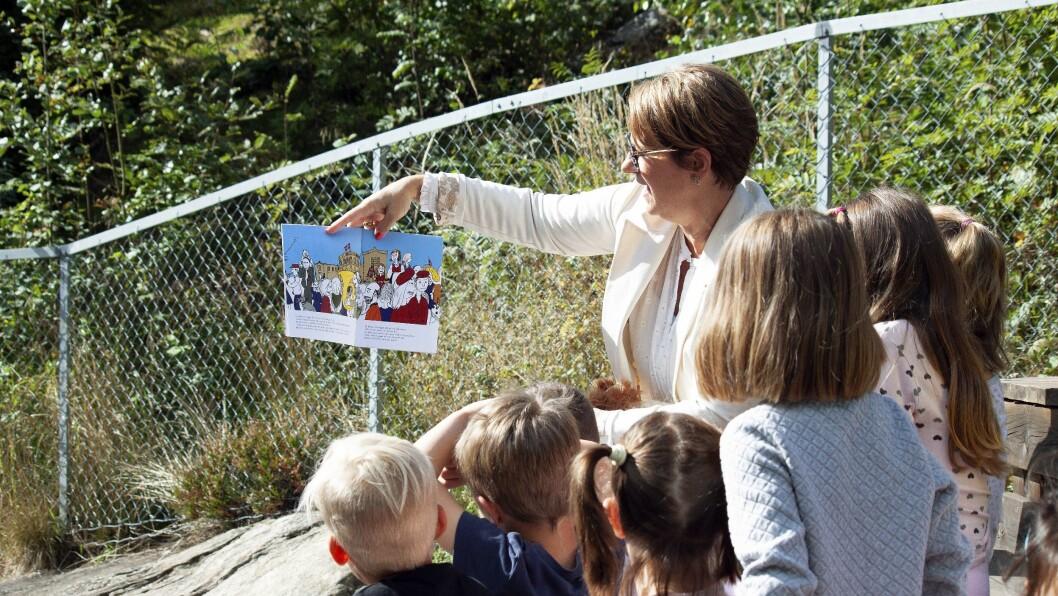 Stortingspresident Tone Wilhelmsen Trøen leser for barnehagebarna.