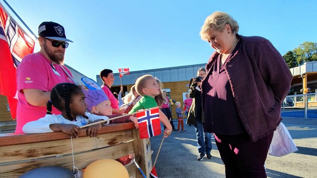 De største barna i Gnist Brennan tok spent imot statsminister Erna Solberg i går.