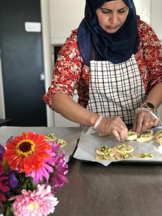 Arij Saad Abdullah jobber på kjøkkenet, men trår til om det skulle være behov for ekstra hender eller et fang.