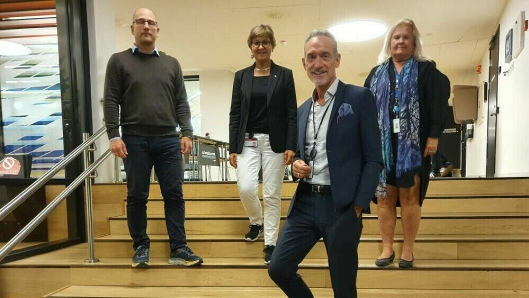 Bak f.v.: Steffen Handal (Unio), Mette Nord (LO), Lizzie Ruud Thorkildsen (YS) kom til enighet med KS i årets hovedariffoppgjør. Foran: Forhandlingsleder for KS, Tor Arne Gangsø.