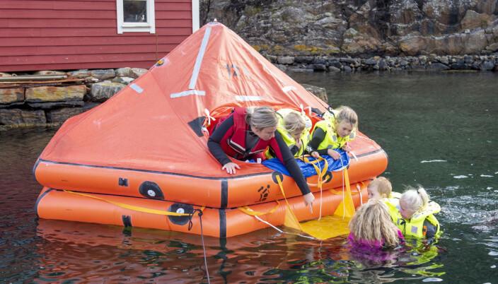 – Onsdag fikk barna prøve å være ute i vannet og klatre opp på flåten igjen. De syntes det var kjempegøy. De ser på flåten som en lekegrind, forteller Lise Lauvik.