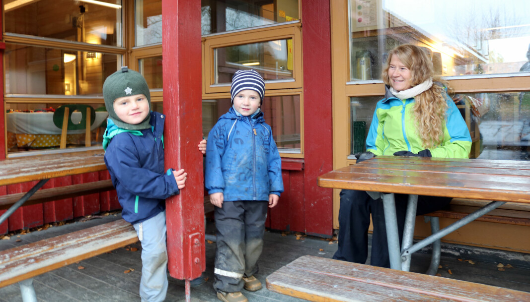 Rektor Else Berit Skagen trives godt på jobb som assistent i Dronning Mauds Minne barnehage.