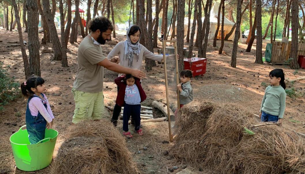 I oktober 2017 startet Marit Heldal og en gruppe greske foreldre opp naturbarnehagen Mikros Dounias i flyktningleiren Pikpa.