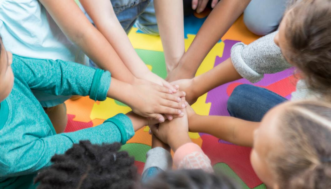 «Vi må skape et fagfellesskap som forener og hjelper barnehagene til å holde seg fast i fagligheten på tross av at vi er lenger fra hverandre,» skriver artikkelforfatterne.
