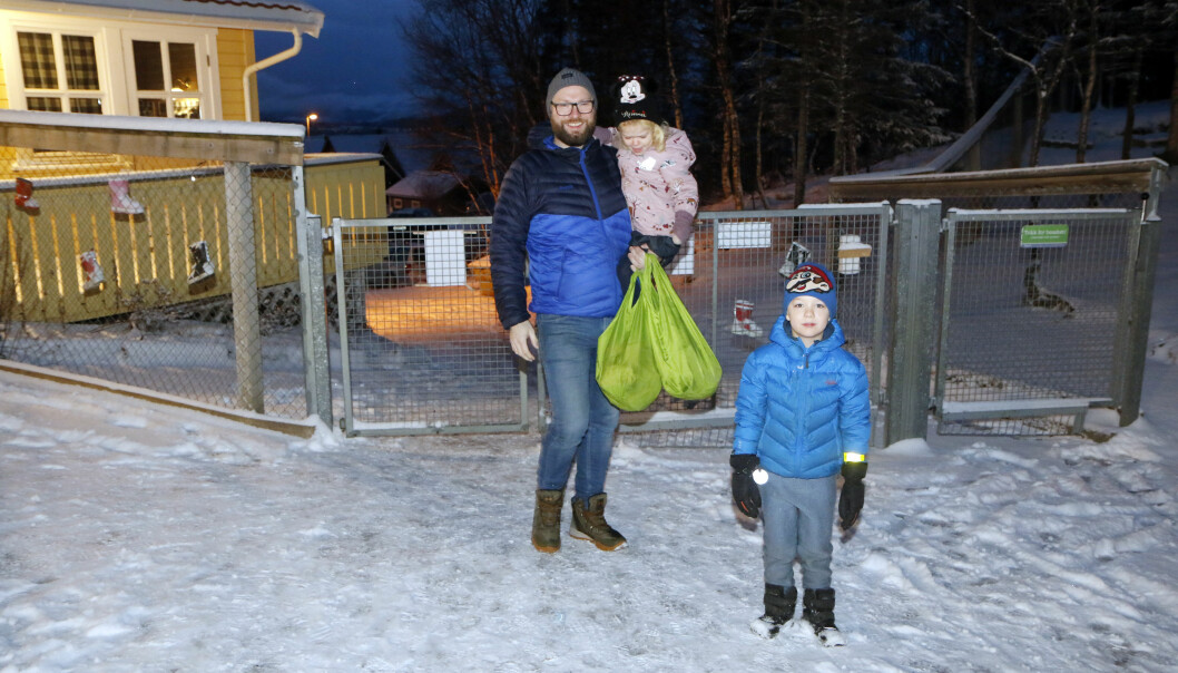 Erik Slørdal Skjemstad leverte barna Sigurd (5) og Aasa (3) i barnehagen i morges. – Barna trives med barnehagen sin, og de ansatte her. Vi merker at de som jobber her bryr seg om ungene, sier han.