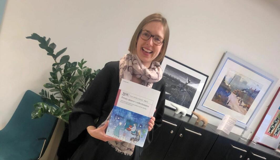 Næringsminister Iselin Nybø mottok rapport fra Velferdstjenesteutvalget.