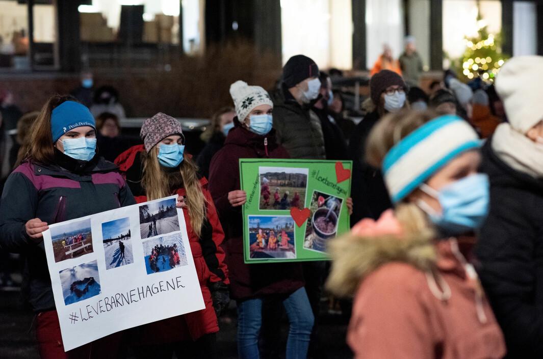 Rundt 180 stilte opp til demonstrasjon foran Steinkjer rådhus torsdag denne uken, for å vise sin støtte til de private barnehagene i kommunen.