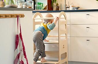 Små barn elsker å hjelpe til på kjøkkenet, slik får de tilgang
