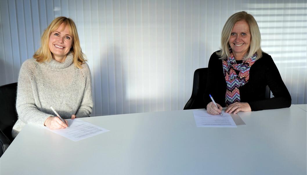 – Avtalen sikrer deres tilknytning til kirkelig sektor, samtidig som de får et formalisert fellesskap med alle de andre private barnehagene. Målet er at våre medlemsbarnehager skal få det beste fra begge organisasjoner, sier administrerende direktør i KA Arbeidsgiverorganisasjon for kirkelige virksomheter, Marit Halvorsen Hougsnæs (til høyre). Denne uken signerte hun ny samarbeidsavtale med PBL-direktør Anne Lindboe.