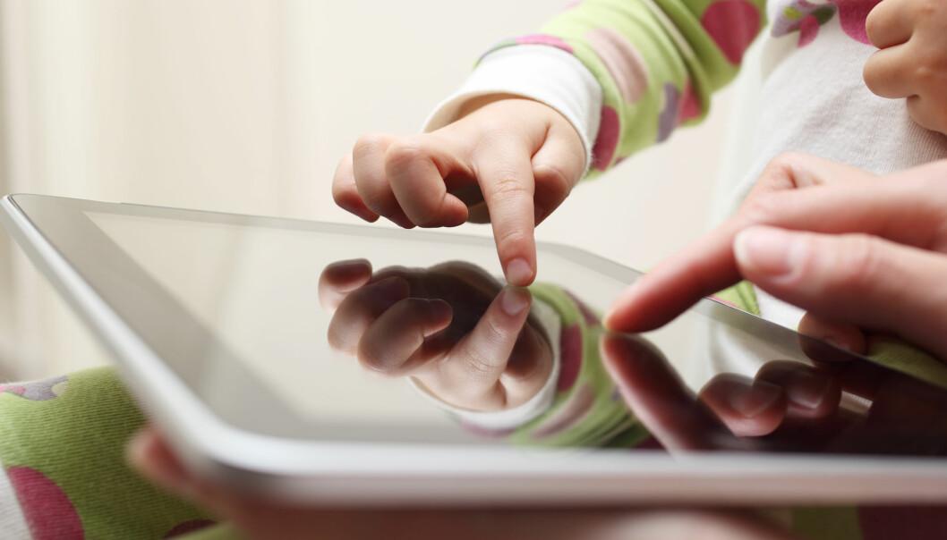 Et av rådene i veilederen er å sitte sammen med barnet når skjermen er i bruk. Et annet råd er å teste ut innholdet før barna slipper til.