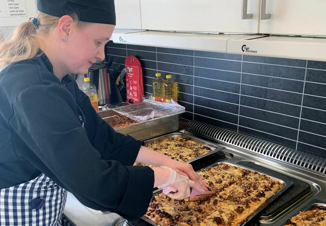 Fra og med november i fjor begynte Henriette Vogter i full, fast stilling som kokk i Karveslettlia barnehage i Tromsø. Her lager hun hjemmebakt pizza til de 80 barna i barnehagen.