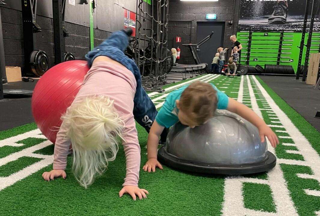 Den nye crossfithallen på Karmøy er blitt en favoritt hos barna i Espira Østrem barnehage. – Målet er at når de begynner på skolen skal de være sterke og robuste både inni og utenpå, sier styreren.
