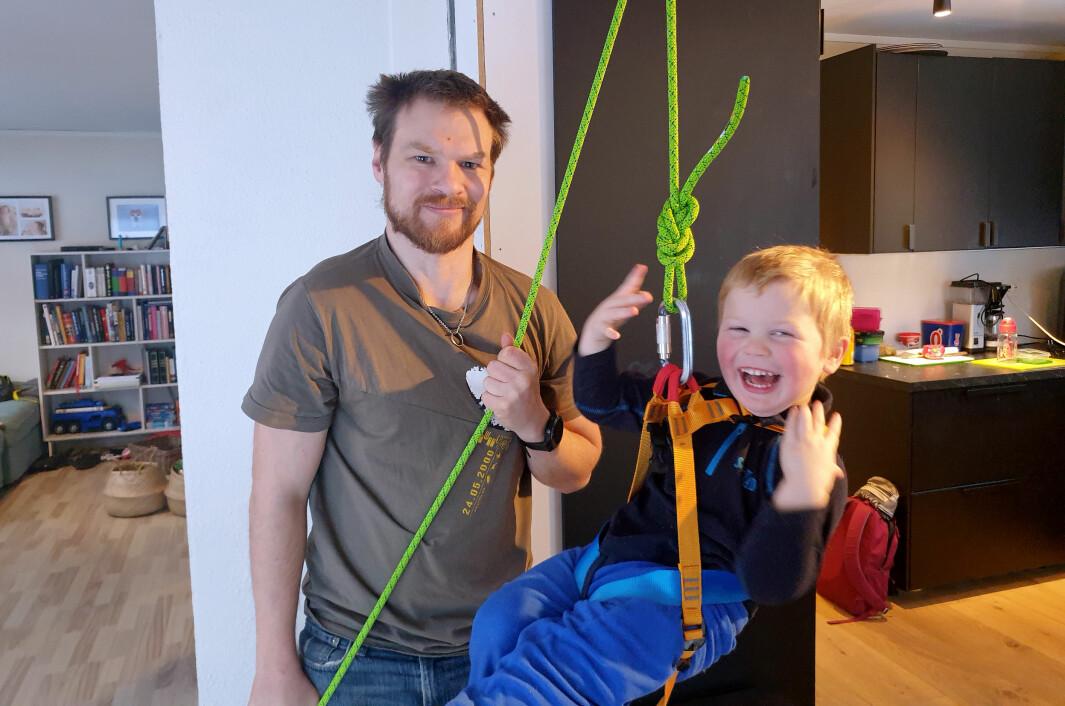 Emil Strand og sønnen Even (3) ble nødt til å ha hjemmebarnehage og hjemmekontor da barnehagene stengte ned. Dit vil de ikke tilbake.
