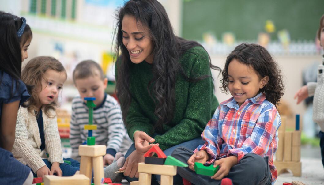 Hvilke dilemmaer står barnehageansatte i som omsorgspersoner? Førsteamanuensis og forfatter Gunnar Magnus Eidsvåg har intervjuet syv barnehagelærere om dette.