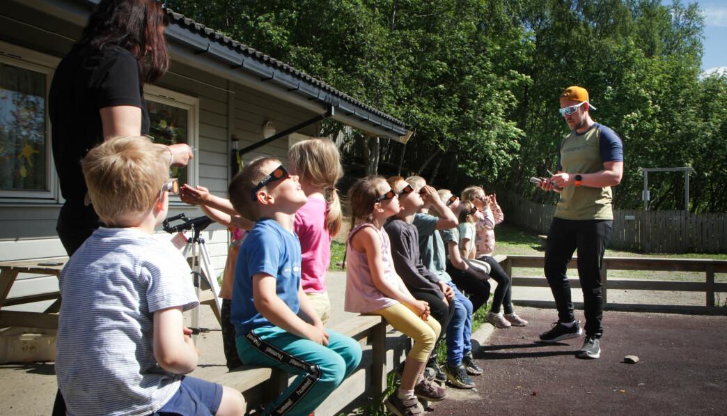 """<span class="""" italic"""" data-lab-italic_desktop=""""italic"""">– Når barn får beskjed om å ikke se på sola, så er det jo akkurat det de gjør, sier Vebjørn Olsen .</span>"""