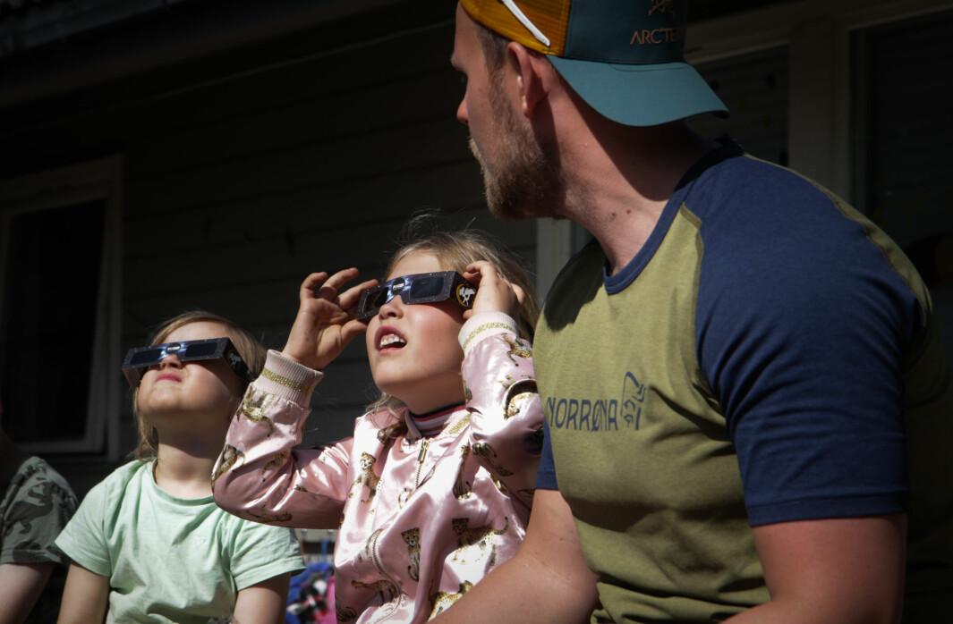 Solformørkelse i Norlandia Stordalen friluftsbarnehage. Vebjørn Olsen er pedagogisk leder. Her sammen med Sofie (6) og Maria (6).
